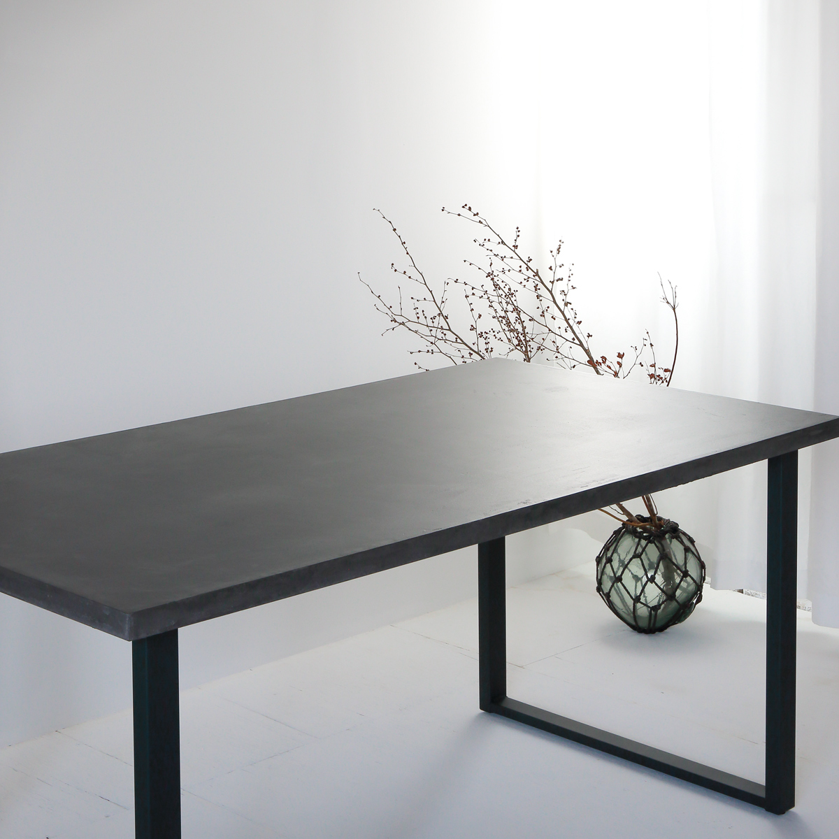 デザインコンクリートモールテックスのダイニングテーブル 鉄の脚