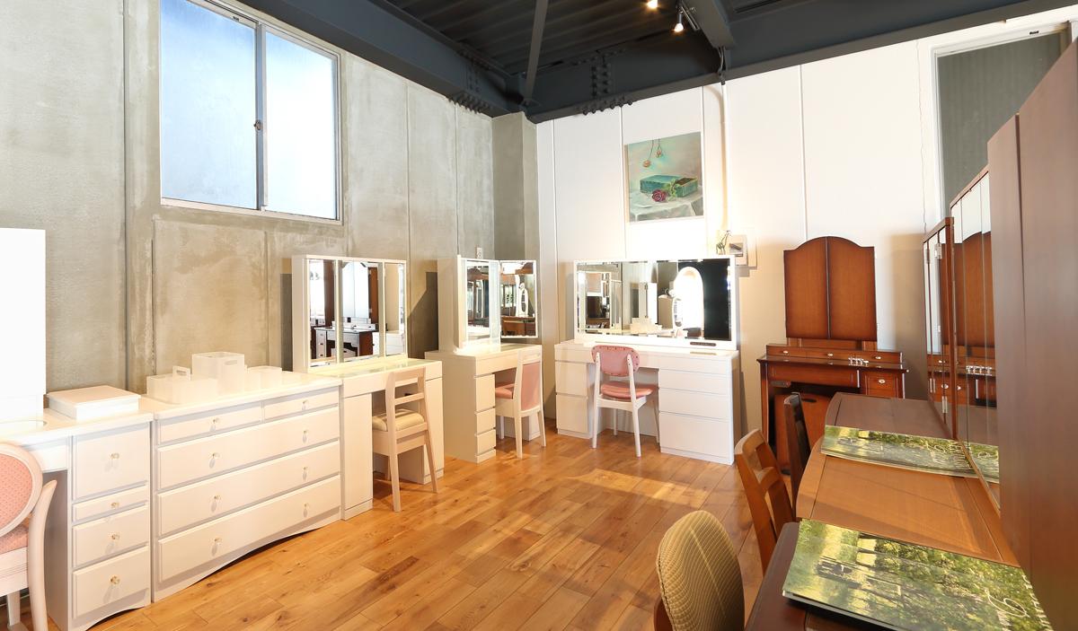 関本家具装芸のショールーム展示場 ドレッサーの展示