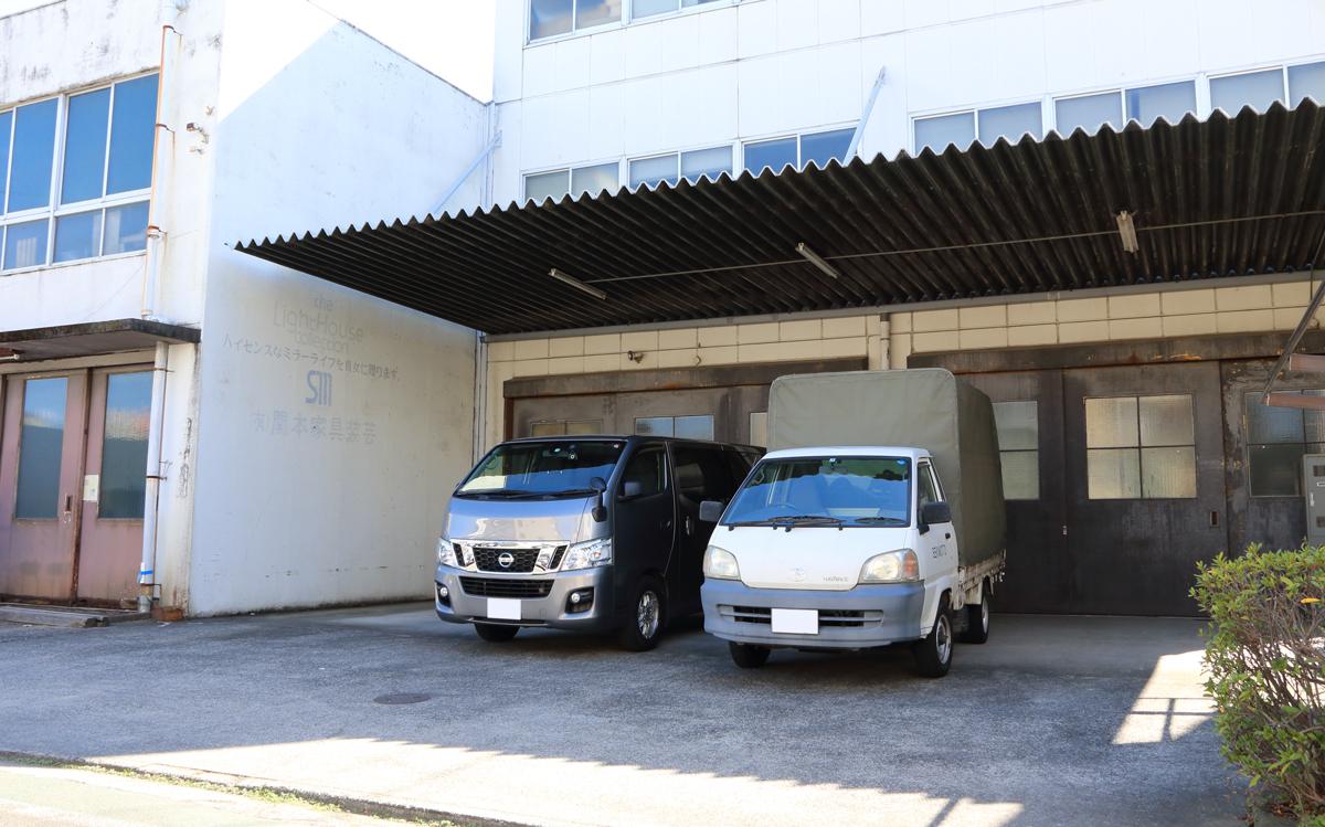関本家具装芸の駐車場 工場の前にクルマが駐車できます