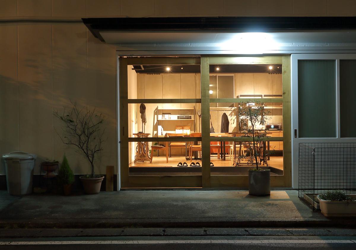 関本家具装芸の駐車場案内とショールーム展示場の場所 夜の風景