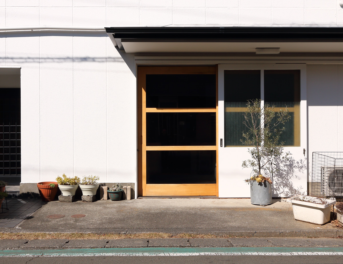 関本家具装芸のショールーム展示場の場所 昼間の風景