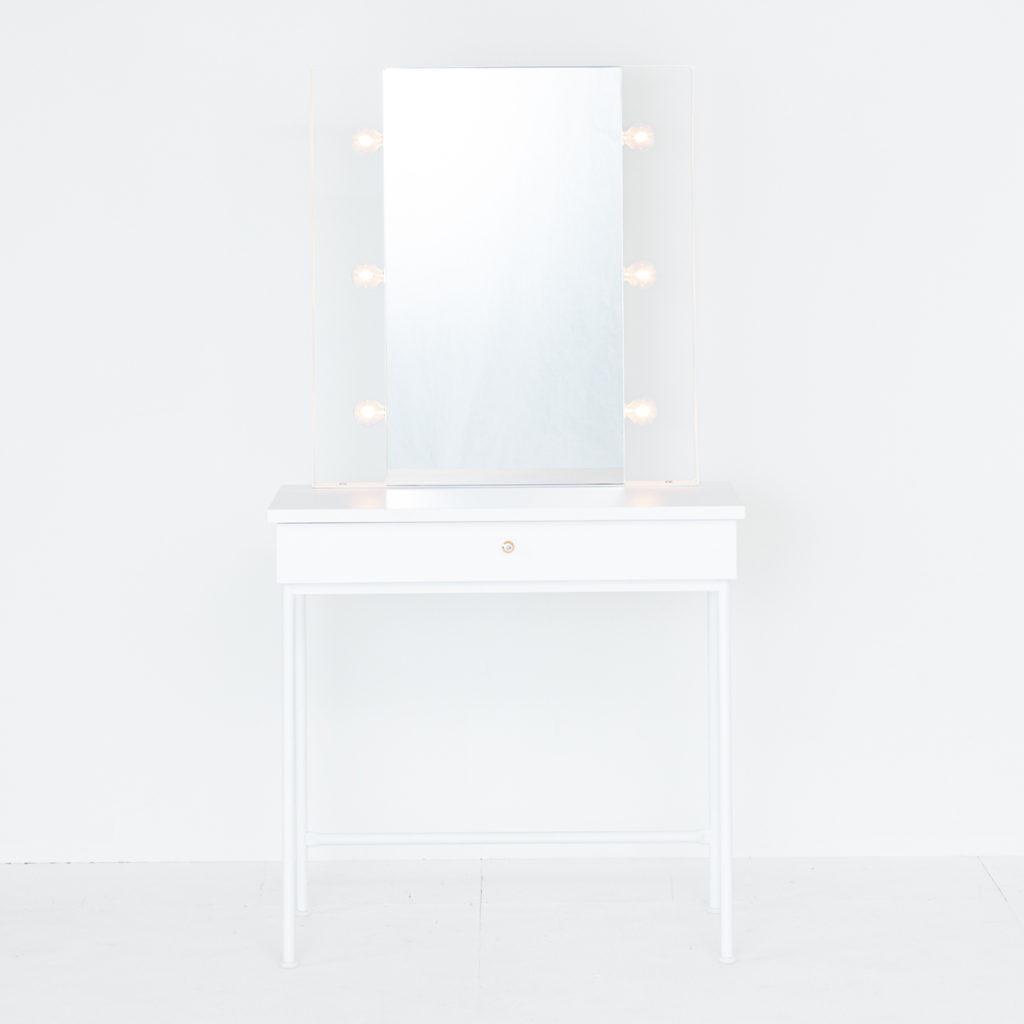 透明感ある白のかわいい女優ミラードレッサー