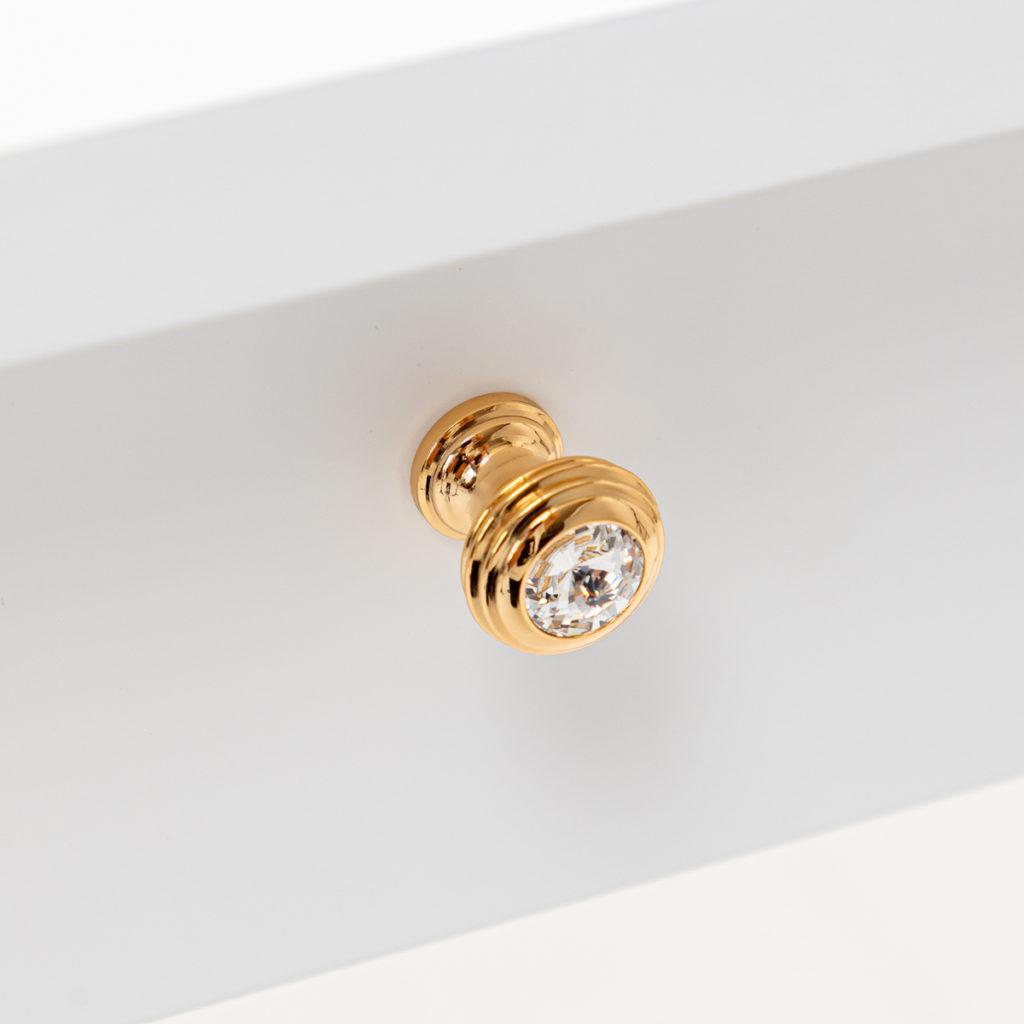 ゴールドつまみのクリスタルガラスカットなハンドルが付いたドレッサー