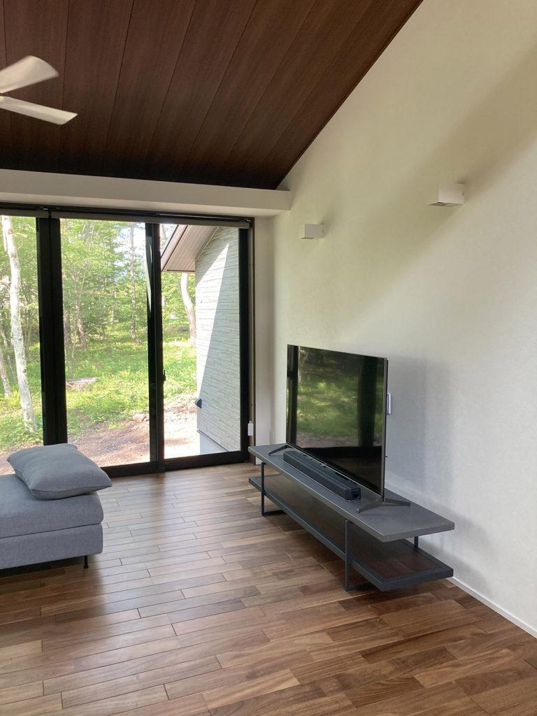 新築リビング空間にモールテックスのテレビボード ダークグレー