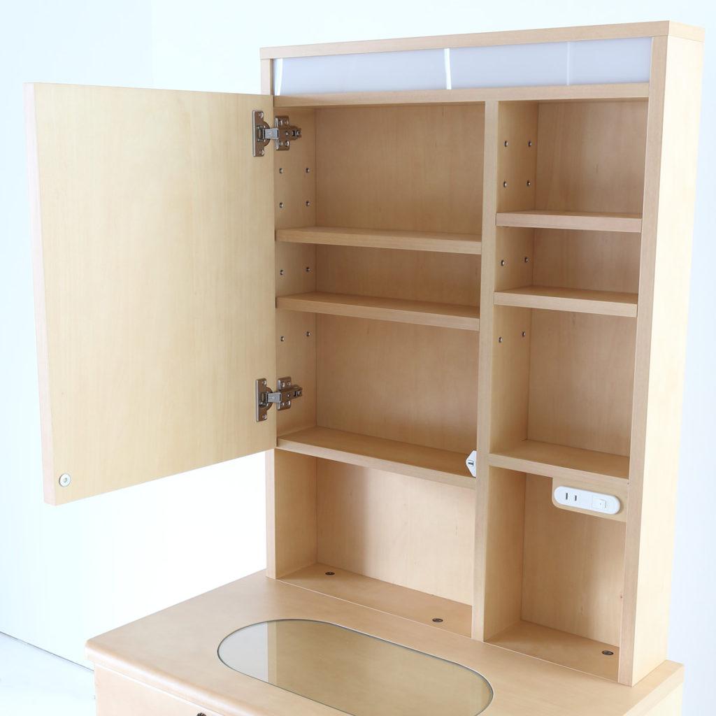 ドレッサーの鏡裏収納部分には移動可能な棚板付きLEDライト