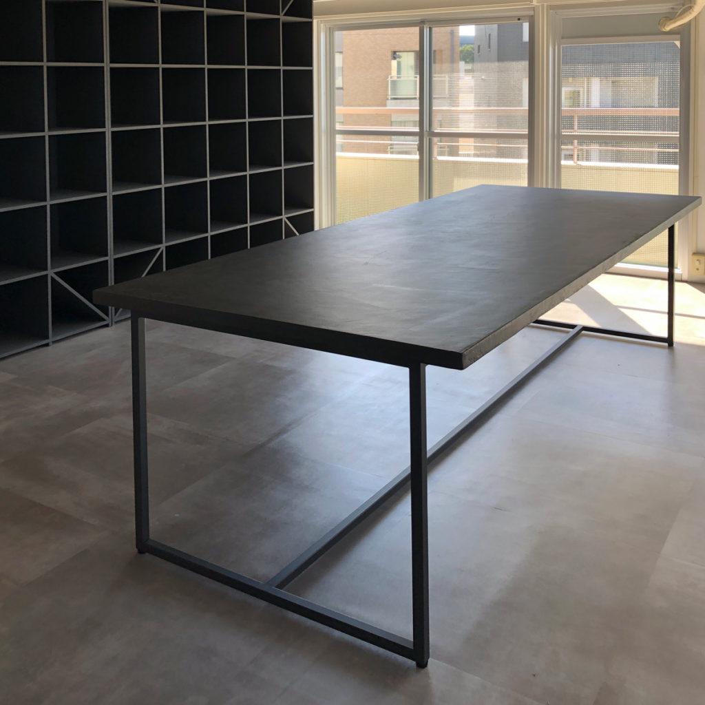 特注サイズのモールテックスダイニングテーブル。BM57グレー。